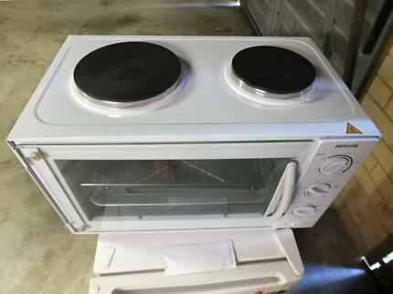 Benchtop oven with hot plates