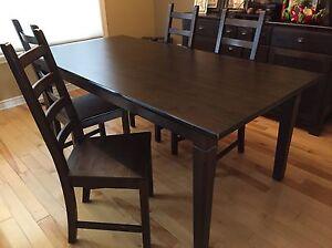 Table et chaises de salle à diner