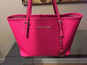 MICHAEL KORS Fuchsia JET SET TRAVEL SAFFIANO SMALL West Island Greater Montréal image 1