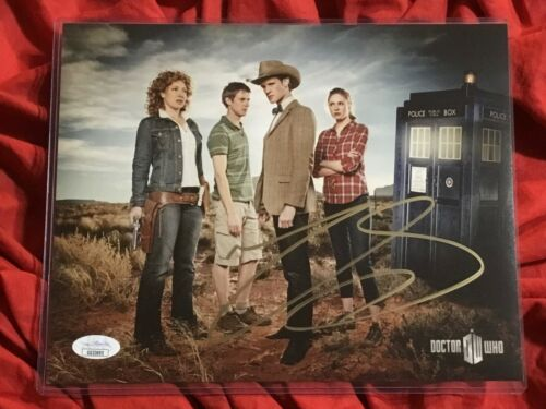 DOCTOR WHO 8X10 PHOTO~SIGNED BY MATT SMITH+JSA COA~3704~TARDIS+AMY POND~OUT WEST