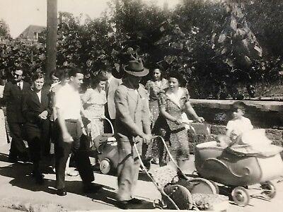 D038 40'er Jahre Familien mit Kinderwagen