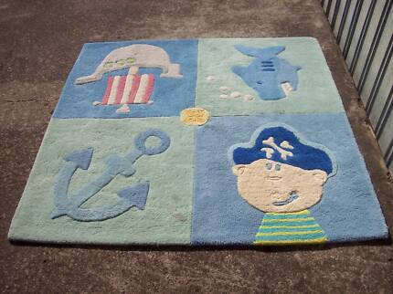 Rug modern design 140 cm by 140 cm pure new zealand wool as new