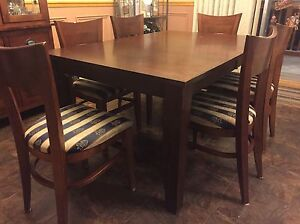 Dining table and six chairs / Table de cuisine avec six chaises