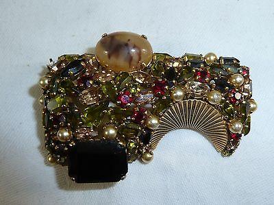 Brosche Dior 1962. Mit Glitzersteinen und Perlchen, vergoldet.