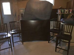 Dinning room table with four seats and in good condition