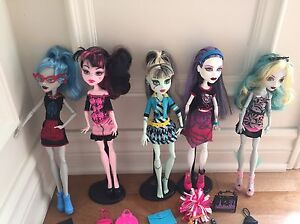 Lot de 5 poupées Monster high comme neuves!