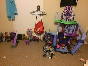 Monster high house and dolls and accessories