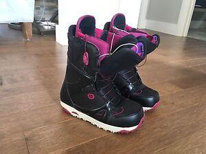 Ladies size 8.5(fit like 7.5) Burton Snowboard boots
