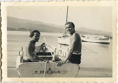 Photo ancienne - vintage snapshot - femme bateau barque cavalaire maillot bain