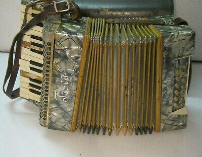 Altes Akkordeon Tosca mit Koffer / Starke Gebrauchsspuren Beschädigungen vorhand