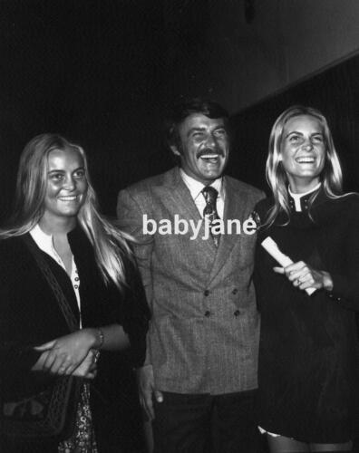 028 ROBERT CONRAD CANDID WITH HIS TWO DAUGHTERS PHOTO