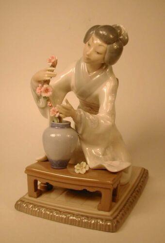 LLADRO #4840 Geisha Girl Kneeling to Decorate Arranging Flowers