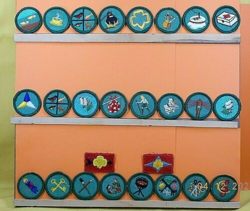 GIRL SCOUTS / Lot of 26 Badges & Patches