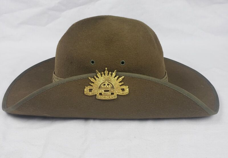 VINTAGE AUSTRALIAN MILITARY FORCES SLOUCH HAT WITH PIN BADGE