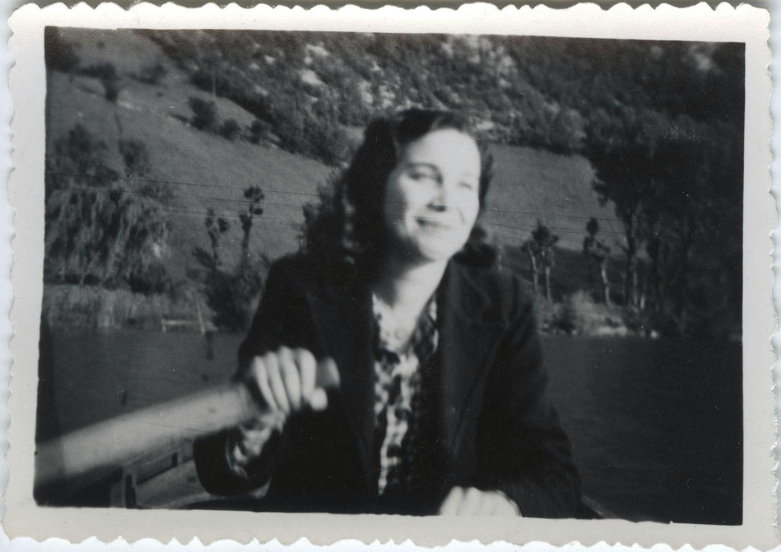 Photo ancienne - vintage snapshot - femme barque ramer rameur mode - boat