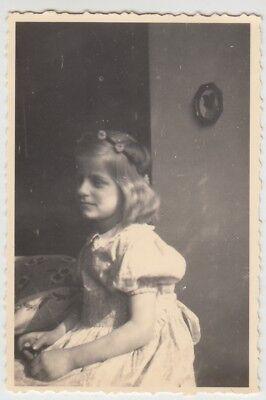 (F25630) Orig. Foto Mädchen Ursula Roth in der Stube 1936