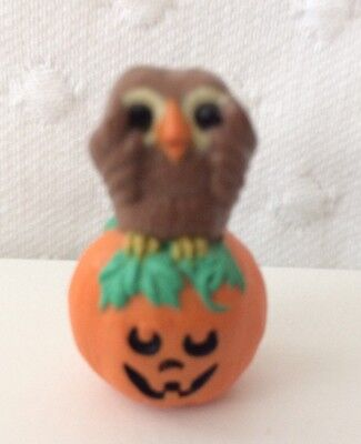 HALLMARK 1993 HALLOWEEN MERRY MINIATURE OWL SITTING ON PUMPKIN QFM8302 WS  - Merry Halloween