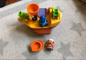 Bath toy boat pirate ship