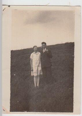 (F24868) Orig. Foto junge Personen im Freien, am Hang 1929