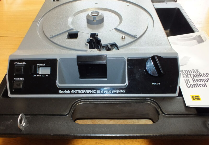 Kodak Ektagraphic III-e Plus Carousel Slide Projector in Case Excellent!