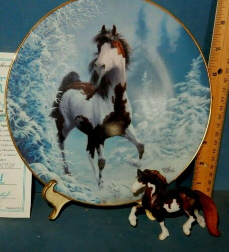 PAINT PINTO HORSE COLLECTOR PLATE CHUCK DEHAAN + BREYER STABLEMATE , STAND