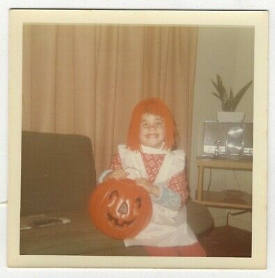 Vintage Photo Girl Raggedy Ann Halloween Costume Living Room 1970's R18 - Raggedy Ann Halloween