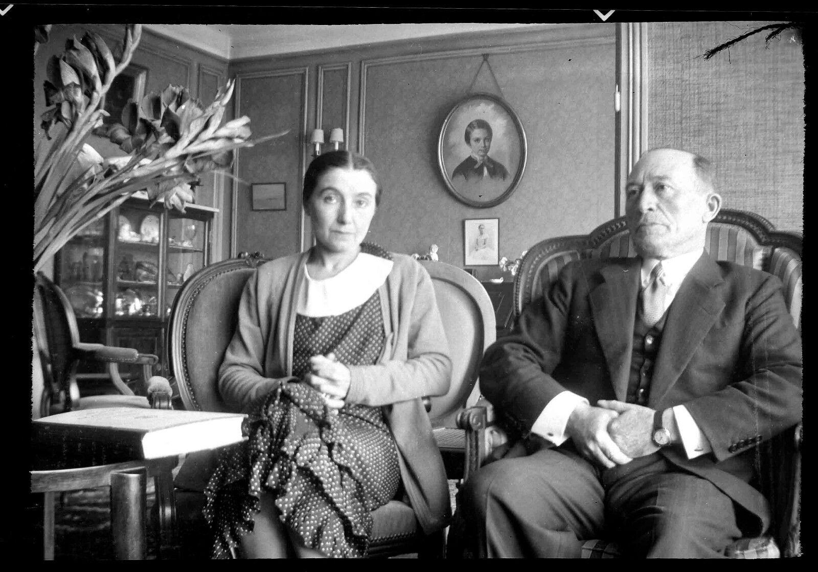 Couple homme femme assis intérieur appartement  - ancien négatif photo an. 1930
