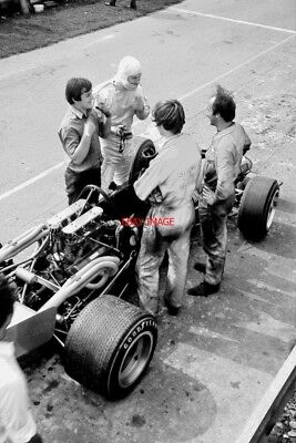 PHOTO  GRAHAM MCRAE AND HIS F5000 MCLAREN M10B CHEVROLET #400-11S IN THE PITS TH