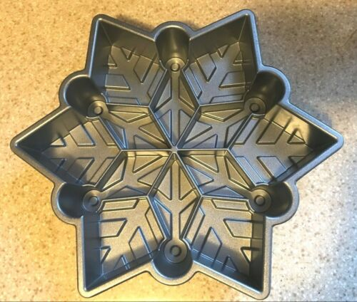 Nordic Ware Snowflake mold pull-apart baking Pan - Excellent Condition