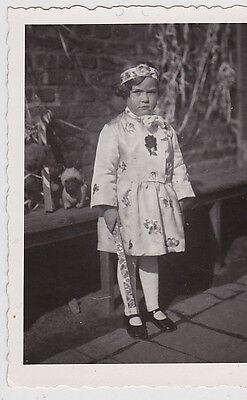 schönes altes Foto 6x8cm süßes Mädchen im Kleid, chinesisches Kostüm, Kommunion