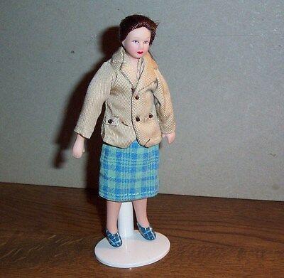 Puppenstubenpuppe Miniatur 1:12 junge Frau im schicken Kostüm mit dunklem - Spielzeug Puppe Kostüm