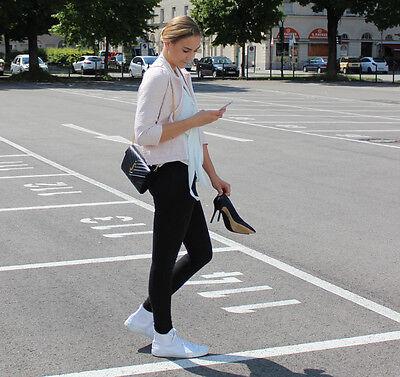 Chucks zu Blazer und Bluse: Die richtige Mischung macht's. (© Sarah Sommer)