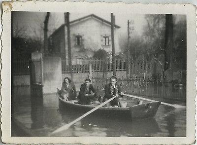 Photo ancienne - vintage snapshot - inondations neuville sur saÔne barque drÔle