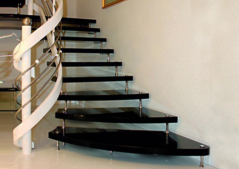 Freitragende Treppe / Bolzentreppe aus Granit Star Galaxy mit weißem Holzgeländer und Edelstahlstreben