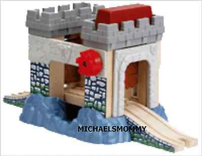 THOMAS the TANK AND FRIENDS- ROLF'S CASTLE BRIDGE DRAWBRIDGE 2005 - NEW - AS IS