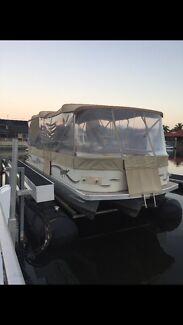 Voyager Ultra Express 25 foot Pontoon Boat