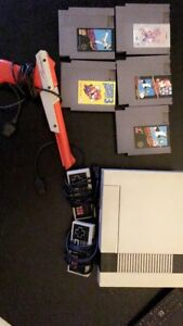 NES - 4 Games, 2 Controllers and Gun for Duckhunt