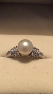14kt White gold pearl ring w/ side diamonds