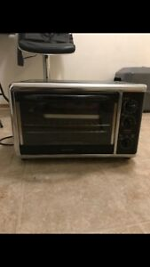 Toaster oven with tray
