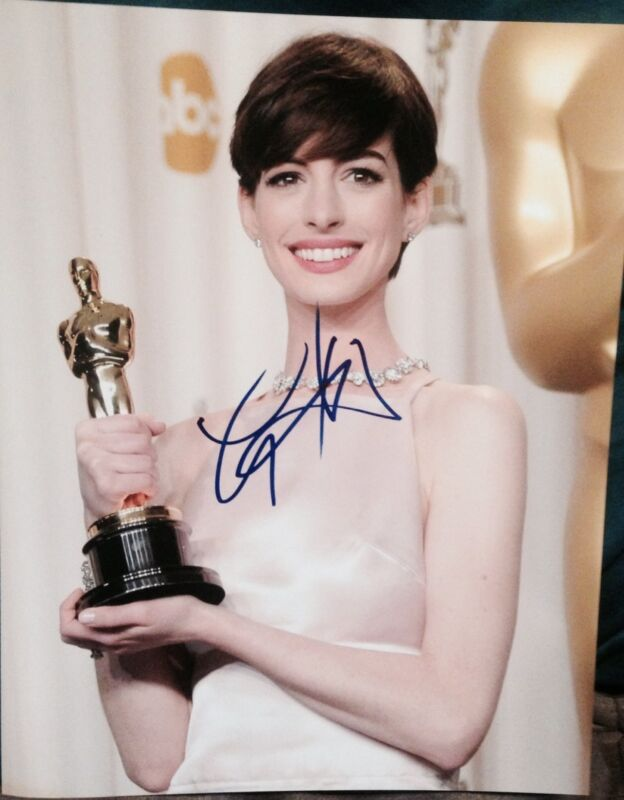 ANNE HATHAWAY SIGNED AUTOGRAPH SEXY OSCARS SMILE TROPHY POSE 11x14 PHOTO COA