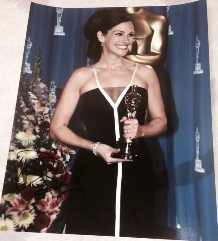 JULIA ROBERTS SIGNED AUTOGRAPH CLASSIC POSE OSCARS TROPHY SMILE 11x14 PHOTO COA