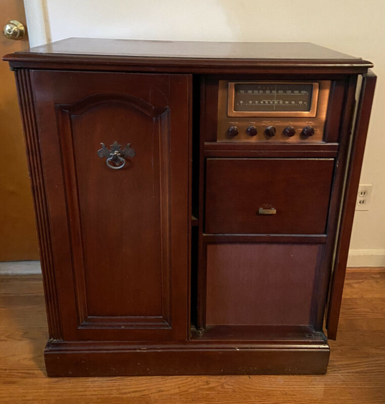Vintage Magnavox Radio Console Cabinet 372M