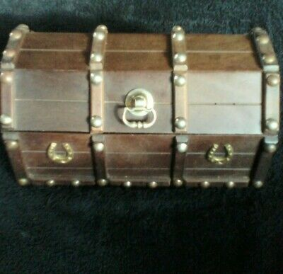 MAHOGANY WOODEN TREASURE CHEST STYLE TEA CADDY WITH HORSESHOE AND STUD DETAIL.