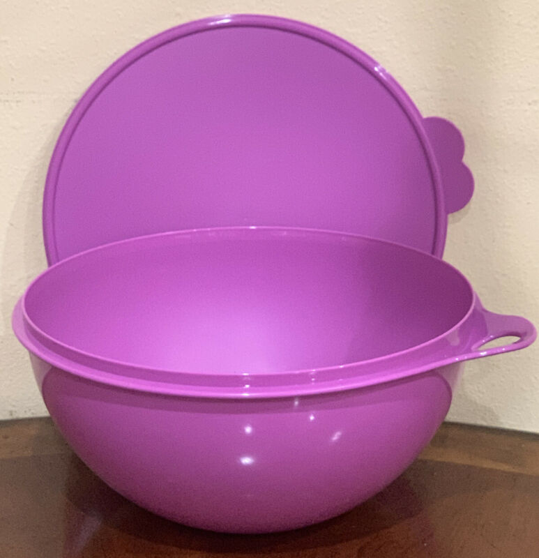 TUPPERWARE LARGE THATSA BOWL 7.8 L/32 CUPS -IN LIGHT PURPLE COLOR !!!