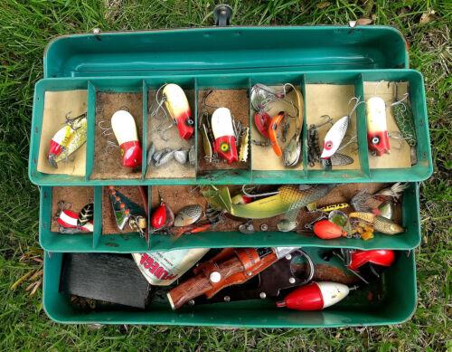 VINTAGE METAL LIBERTY FISHING TACKLE BOX LURES in BOX