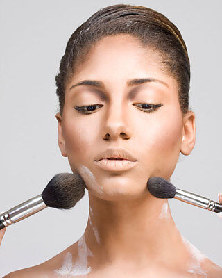 Puder macht nicht nur die Haut zart und geschmeidig, es macht sich auch gut auf dem Haar.  (© Thinkstock)