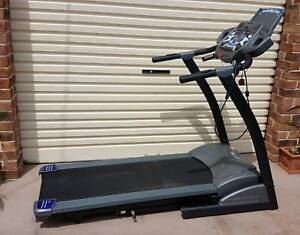 treadmill with Programs, pulse monitor & powered deck incline,MP3