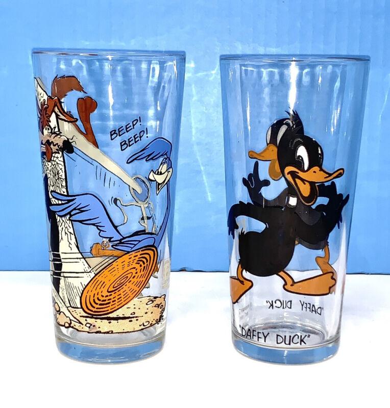 Lot of 2 Vintage 1973 Looney Tunes Pepsi Glass Road Runner Daffy Duck NICE
