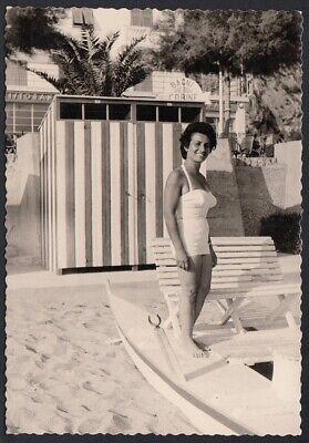 YZ7434 Varigotti (SV) 1958 - Donna in costume da bagno in piedi sul pedalò Foto