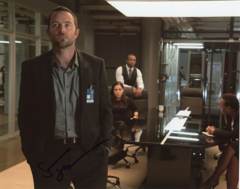 "Sullivan Stapleton ""Blindspot"" AUTOGRAPH Signed 8x10 Photo C"